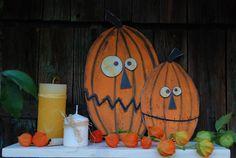 Dýně+002+2+dýně+z+překližky.+Ručně+vyřezané+a+malované+z+obou+stran+akrylovými+barvami.+Pusy+mají+zdrátované.+Možno+umístit+na+parapet,+na+poličku,+na+zem+ke+krbu,+na+schody+apod.+Vhodné+jako+podzimní+či+Halloweenská+dekorace.+Rozměry+větší+cca:+d+22+x+š+0,7+x+v+38+cm+Rozměry+menší+cca:+d+16+x+š+0,7+x+v+26+cm+barva:+oranžová-bílá-černá+Každý+kus+je+ručně...