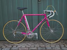 An early Mercier road bike. Reynolds 531 tubes and Campagnolo drop outs. Painted in that typical Mercier pink with golden lug lines and chromed socks. Completely Campagnolo equipped with Mavic D'or rims and some tuning parts . Velo Vintage, Vintage Cycles, Vintage Bikes, Vintage Racing, New Bicycle, Bicycle Race, Bike Run, Peugeot, Classic Road Bike