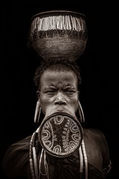 The women of the Mursi tribe in the Omo valley in southern Ethiopia are famous… Arte Tribal, Tribal Art, African Tribes, African Women, We Are The World, People Around The World, Africa People, Mursi Tribe, Tumbrl Girls