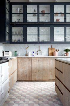 Une touche de bois brut, une note de noir profond et un sol d'un autre temps, tous les ingrédients d'une cuisine authentique sont réunis ici