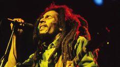 レゲエ好きでなくても、その名前といくつかの名曲は聞いたことがあるはず。ここでは「I Heart Intelligence」に掲載されたボブ・マーリーの20の名言を紹介します。1970年代、ジャマイカの政変のなかで汚職や暴力に反対し、音楽の力で人々に大きな影響を与えた彼の言葉は、今の時代でもハッとさせられます。「目をあけて見てみろよ。自分の生き方に満足しているか?」「雨を感じる人もいれば、ただ...