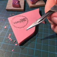 Millimètre par millimètre, voir moins, je coupe des petits bouts de gomme pour dégager les motifs et créer un tampon. 👉🏻Millimeter by millimeter, or even less, I cut small pieces of rubber to crop the pattern and create a stamp.