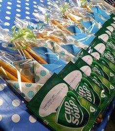 Teacher appreciation Cup a soup (soup) Bread sticks And napkin Little Presents, Diy Presents, Snacks Für Party, Party Treats, Presents For Teachers, Tapas, School Treats, Original Gifts, Happy B Day
