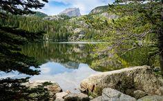 Download wallpapers mountain lake, trees, blue sky, mountains, mountain peaks
