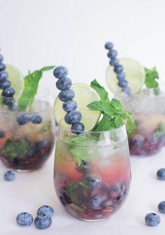 Mojito Royale Pretty blueberry cocktail idea - Royal Blueberry Mojitos with Champagne {Courtesy of Domesticate ME!}Pretty blueberry cocktail idea - Royal Blueberry Mojitos with Champagne {Courtesy of Domesticate ME! Easter Cocktails, Prosecco Cocktails, Cocktail Drinks, Cocktail Recipes, Alcoholic Drinks, Beverages, Refreshing Cocktails, Cocktail Ideas, Vodka Martini