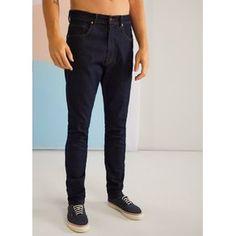 Uma calça de jeans mais escuro para variar. Ela tem modelagem slim, bolsos funcionais e fecho de botão e zíper. Invista em uma combinação com t-shirt