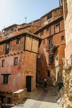 Streets of Albarracín. Great Places, Places To See, Beautiful Places, Portugal, Amazing Buildings, Andalusia, Valencia, Places To Travel, The Good Place