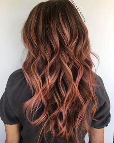Brunette balayage with hints of rose gold Brown Blonde Hair, Brunette Hair, Good Hair Day, Great Hair, Cabelo Rose Gold, Balayage Hair, Bayalage, Cool Hair Color, Grunge Hair