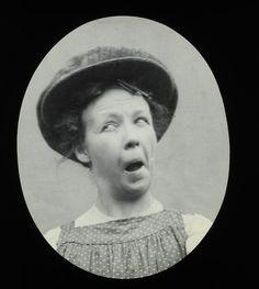 Le facce buffe tipiche dei selfie non sono una tendenza dei nostri tempi. A testimoniare che la moda della smorfia davanti a un obiettivo viene da lontano, sono queste foto scoperte di recente negli archivi del Northumberland Museum in Inghilterra. La loro storia è sconosciuta, si sa solo che