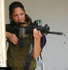 There are not so many armies where you can see so many girls. Israel Defense Forces, IDF, is one of them. Israeli Girls are pretty tough and most of them have spent two years in the army. Idf Women, Military Women, Israeli Girls, Brave Women, Female Soldier, Military Girl, Girls Uniforms, Poses, Strong Women