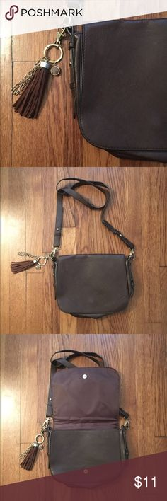 🍂 h&m brown imitation leather crossbody bag h&m brown imitation leather cross body bag with adjustable/removable strap • features flap top magnetic closure, gold hardware, inside zipper pocket & mixed media tassel keychain • good condition - only used 1x time & has no scuffs/marks/stains inside • there are some minor indents on the outside from being in storage (see pics 2 & 4) but doesn't take away from the bag & its simplistic beauty! • throw this on for casual days or nights out in the…