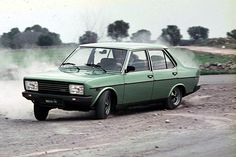 In commercio da quattro anni la 131, nel 1978, presenta un'evoluzione per rimanere al passo delle rivali. La punta di diamante dell'upgrade è rappresentata dalla 131 Supermirafiori. F35, Volkswagen Golf, Cool Cars, Dream Cars, Mercedes Benz, Classic Cars, Minimal, Trucks, Retro