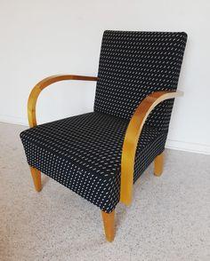 Tämä k-tuoli tehtiin aikoinaan lopputyönä verhoilukoulussa. Runko tehtiin itse puutyökurssilla. Villakangas saatiin työharjoittelupaikasta Kansallisteatterista. Näyttää ja tuntuu vieläkin hyvältä! Armchair, Furniture, Home Decor, Sofa Chair, Single Sofa, Decoration Home, Room Decor, Home Furnishings, Home Interior Design