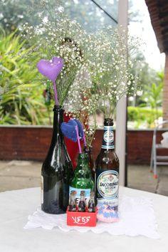 Decoração com garrafas de cervejas + Flroes + Coração de feltro - Feito por Lívia Beatrice
