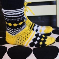 Katsokaa - täällä ehditään nykyään jopa neuloa. Remontti on siinä vaiheessa, ettei me olla juuri nyt siellä itse iltoja. Sain siis viikonloppua keskittyä tämän projektin läpi viemiseen. (No joo - toki Crochet Socks Pattern, Diy Crochet And Knitting, Mittens Pattern, Knitting Patterns, Knitting Ideas, Socks And Heels, My Socks, Fair Isle Knitting, Knitting Socks
