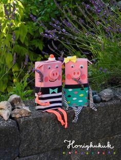 Getränkekartonschweinchen Pig und Piggy! 🐷🌿☀️ Diese beiden Schweinchen sind Bastelmodelle aus einem meiner Recyclingbastelbücher. Ich habe sie aus Milckkartons gemacht. Die Pullis sind abgeschnittene Socken, Arme und Beine sind aus Stoffstreifen…  #honigkukuk #upcycling #getraenkekartons #schweinchen #bastelnmitkindern #recyclingbasteln #sommer #upcyclingfürkinder #machwasdraus!3 Projects For Kids, Diy For Kids, Art Projects, Crafts For Kids, Recycled Crafts, Diy And Crafts, Arts And Crafts, Puppet Crafts, Pig Party