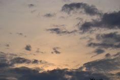 Lettera ad un'amica virtuale  Vi è in cielo ancor ora qualche nuvola, ma primeggia il lungo chiarore  dell'estate, lo sguardo sulle onde  azzurre e lente vola, lasciando a riva il resinoso odor delle pinete.  Da qua ti scrivo cara amica, da oltre le cime erbose, quelle verde smeraldo che fanno da corona al mare, da qua ti penso nella pace delle tue valli sinuose, quelle lontane, in cui dedichi il giorno al camminare.  Sulla tua pelle a me sconosciuta il sole già disegna  storie brevi di…