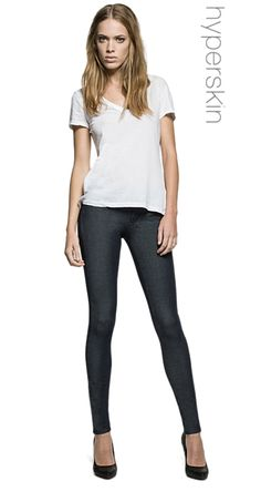 Replay Luz Hyperskin jeans. Women's 5-pocket skinny fit jeans in comfortable and tight-fitting 5.7 oz blue power stretch denim. Low waist and skinny leg. Hyperskin® fabric, an advanced technology denim product owing to its two-way stretch, hugs the figure like a second skin to stylishly give you all the comfort you need.