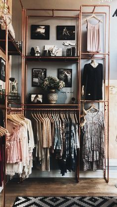 Garderobe selber bauen – Ideen und Anleitungen für jeder, der Lust dazu hat Idea for an open wardrobe. Perfectly stage clothes with clothes rails made of copper pipes. Great clothes rod to hang up the clothes that makes something visually. Boutique Interior, Small Room Bedroom, Diy Bedroom Decor, Bedroom Bed, Bedroom Ideas, Bedroom Wardrobe, Cozy Bedroom, Bed Ideas, Design Bedroom