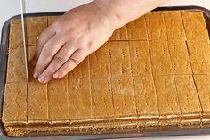 """Prajitura cu miere de albine """"Albinita"""". Cum se fac foile fragede cu miere de albine? Reteta de prajitura cu foi cu miere """"Albinita"""" sau """"Dulcineea"""" Prajitura cu miere de albine ... Baking Recipes, Cake Recipes, Dessert Recipes, Healthy Recipes, Romanian Desserts, Romanian Food, Homemade Candies, Food Cakes, No Bake Cake"""