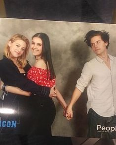 Lili & cole duo photo-ops at rivercon paris day 2 today (april Watch Riverdale, Bughead Riverdale, Riverdale Funny, Riverdale Memes, Camila Mendes Riverdale, Riverdale Betty And Jughead, Cole Spouse, Lili Reinhart And Cole Sprouse, Zack Y Cody