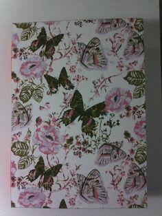 Lindo caderno artesanal em costura copta estampa de tecido de flores e borboleta. Caderno de 100 folhas. R$ 25,00