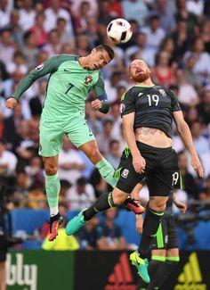 Ronaldo und James Collins im Luftduell. Die Sprungkraft des Portugiesen sollte noch eine wichtige Rolle spielen. Ronaldo, Wales, Portugal, Uefa Euro 2016, European Football, Running, Sports, Pictures, Playing Games