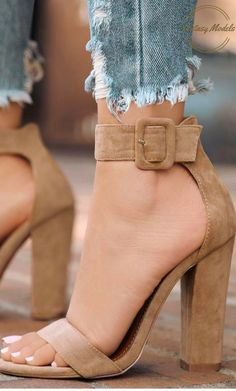 Tacones ajustados al tobillo ¡Un toque sexy a tu look! http://comoorganizarlacasa.com/tacones-ajustados-al-tobillo-toque-sexy-look/