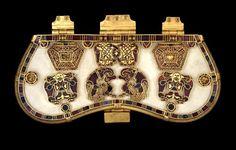 Buckle & Purse Lid, Sutton Hoo Burial C. 625 Hiberno-Saxon Purse lid from the Sutton Hoo ship burial, gold with cloisonne enamel. Viking Jewelry, Ancient Jewelry, Medieval Jewelry, Anglo Saxão, Dragons, Sutton Hoo, Art Nouveau, Oriental, Celtic Art