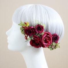 上品に咲くピュアな花顔。バラの気品をまとう髪飾り。多くの女性のあこがれの花、ウェディングでは王道の人気を誇ります。咲姿の美しい3種のバラを、アレンジも楽しい6点セットの髪飾りにお仕立てしました。赤 バラ 髪飾り6点セット/シルクフラワー(造花)