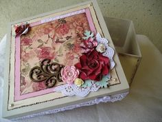 Linda caixa em madeira, pintada por dentro e por fora, decorada com materiais para scrapbook. Fazemos nas cores de sua preferência, o padrão dos papéis serão os disponíveis no momento da confecção da peça. R$ 53,00