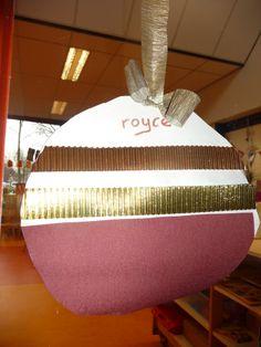 Map juf Ineke: een grote kerstbal, samengesteld van papieren uit een behangersboek...