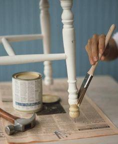 Antes de renovar o pintar tus sillas, Minuto Pinturerias te da este truco para que el resultado sea el mejor. Colocá un clavo en la parte inferior de cada pata, cuidando de hacerlo con golpes suavecitos. Tal como lo indica la foto, este consejito facilitará que la pintura no se adhiera a la superficie sobre la que está apoyada la silla y que la circulación de aire agilice el secado. Este Tip también es aconsejable para mesas ratonas y mesas de luz, siempre que no sean de mucho peso.