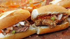 Como hacer la más rica Salsa Criolla! Perfecta para ponerle a sandwiches asados y a todos los cortes de carne. Qué lo disfruten!