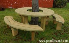 Tree seats or picnic tables never looked – or felt – this good. A smooth, rounded and big fun tree seat and picnic table – all in one Backyard Patio Designs, Backyard Projects, Garden Projects, Backyard Landscaping, Patio Ideas, Tree Seat, Tree Bench, Deck Around Trees, Garden Furniture