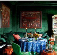 emerald green dining room with vivid blue malachite pattern draped table ~ Hutton Wilkinson design via asmara rugs Green Dining Room, Green Rooms, Dining Rooms, Dining Chairs, Manhattan Penthouse, Manhattan Apartment, Veranda Magazine, Old Stone Houses, Black Candles