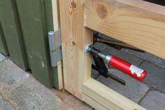 Position for hængsel overdel på dør til skur bestemmes Shed Doors, Diy Shed, Diy Garage, Diy Door, Outdoor Projects, Facade, Vacuums, Home Appliances, Architecture