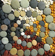 Käytä mielikuvitusta ja toteuta erivärisistä kivistä mitä upein kokonaisuus.
