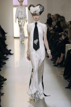 Chanel Spring 2010 Couture.  ¿Quién dice que una mujer no puede usar una corbata?  Si los tacones fueron inventados para los hombres y ahora los usan las mujeres, ¿por qué no cambiar el sentido con las corbatas y moños?