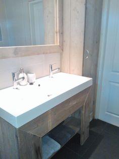 Luxe badkamer met een ligbad, inloopdouche, designradiator, een ...