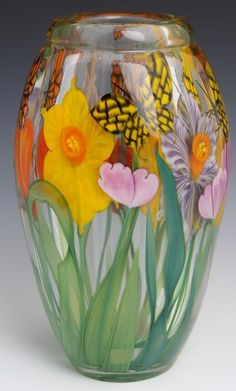 "STEVEN LUNDBERG ART GLASS BUTTERFLY AND DAFFOLDIL VASE - SIGNED ""S/J LUNDBERG GLASS ART 2005"""