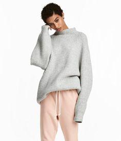Grå. En vid genser i myk og kraftig ribbestrikk med halvpolo og vide raglanermer. Small