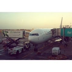 Delta 091 Boeing B767-400ER Being prepared for its flight back to New York JFK. Picture Taken in January….. Sleepless night ✈✈✈✈ #dublinairport #Throwback #delta #boeing #767 #b767 #jfk #aviation #avgeek #travel (at Terminal 2 - Dublin Airport)