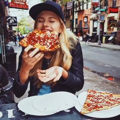The history of pizza begins in antiquity, when various ancient cultures produced flatbreads with toppings. Reheat Pizza, Pizza Girls, Foto Top, Fast Food, Foto Casual, Foto E Video, Love Food, Food Photography, Brunch