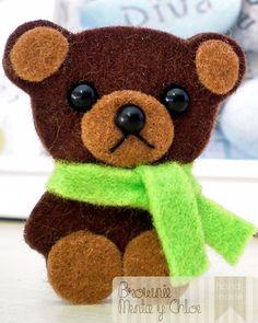 Broche con forma de osito hecho a mano en fieltro (5 x 4 cm).  A little bear brooch (2 x 1,5 inches) handmade with felt.