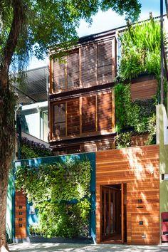 Madeira e verde se sobressaem em casa carioca (Foto: Daniel Morcillo/Divulgação)