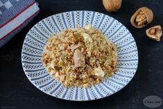 Il cous cous al tonno e pesto di pomodori secchi è un ricco primo piatto che si realizza in pochi minuti. Per il pesto oltre ai pomodori secchi, occorrono le olive verdi, le noci e i capperi. Poi oltre al tonno andrà aggiunta della feta.