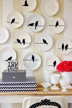 Декоративные тарелки, размещенные вдоль всей стены станут необычным элементом в Вашем интерьере