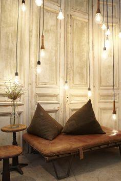 Love the lighting! *** Mi piace da morire l'idea di tantissime lampadine sospese a diverse altezze.