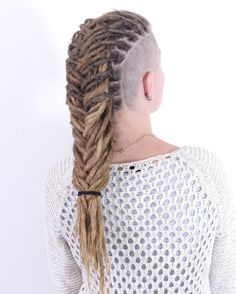 You all proablably know by now that I love making different dreadlock updos. Here is my client Pernilla that came from Dalarna to get her dreadlocks fixed up abit. I just love doing braids on her dreads.